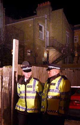 Sicherheitskräfte sperren das Haus ab, das in einer Einkaufsstraße im nördlichen London liegt