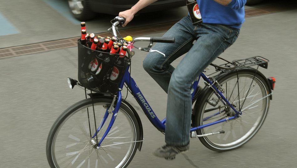 Radfahrer mit Bier im Korb: Führerschein weg und ab zum Idiotentest