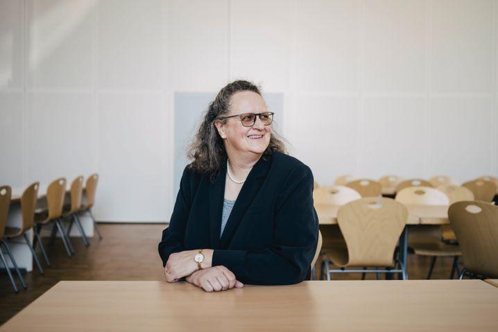 Schulleiterin Gudrun Vogeler-Wolters in der Mensa: An der Schule sollen die Kinder feste Bezugspersonen haben
