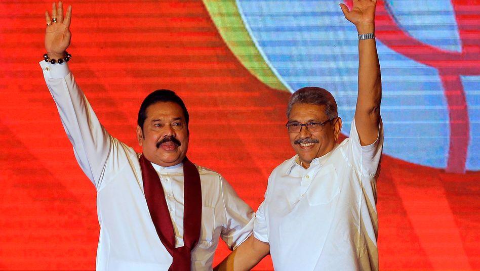 Die Brüder Mahinda und Gotabaya Rajapaksa (Archivaufnahme)