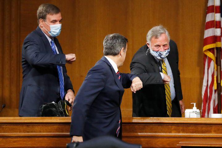 Mit Abstand und Maske: US-Politiker begrüßen sich