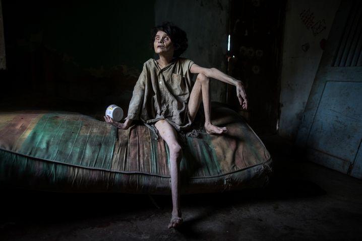 Zaida Bravo, an Parkinson erkrankt und unterernährt, wartet in Maracaibo, Venezuela, auf ihr Abendessen