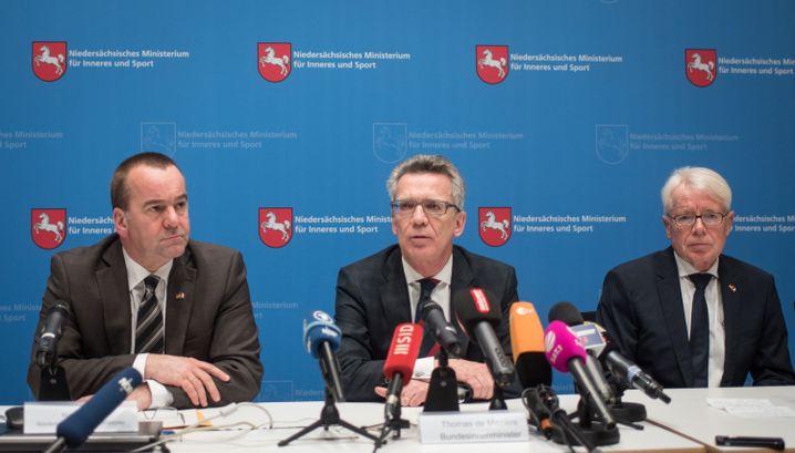 Niedersachsens Innenminister Pistorius, Bundesinnenminister de Maizière, DFB-Delegationsleiter Rauball (v.l.): Die Decke über den Kopf ziehen