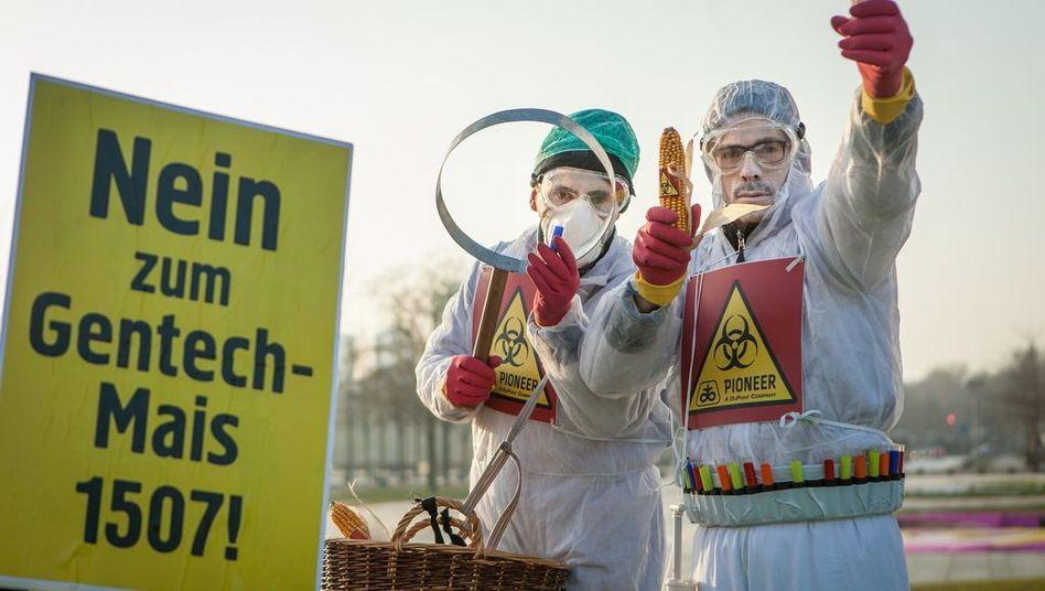 Protest von Campact vor dem Kanzleramt: Bundesregierung uneins