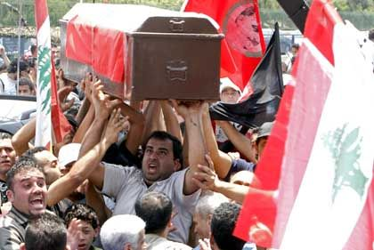 Trauerfeier in Beirut: Libanesen tragen den Sarg des ermordeten anti-syrischen Politikers Walid Eido