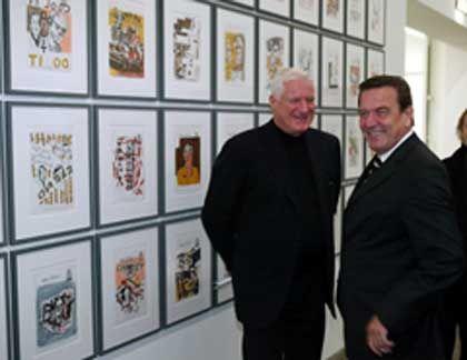 Kunst losgelöst vom Namen des Sammlers sehen: Bundeskanzler Gerhard Schröder (rechts) und Sammler Friedrich Christian Flick bei der Eröffnung der Flick Collection in Berlin