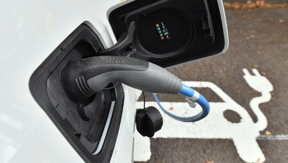 Elektroauto an einer Ladestation: Ursachen auf den Grund gehen