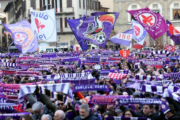 Fans auf der Piazza della Signoria