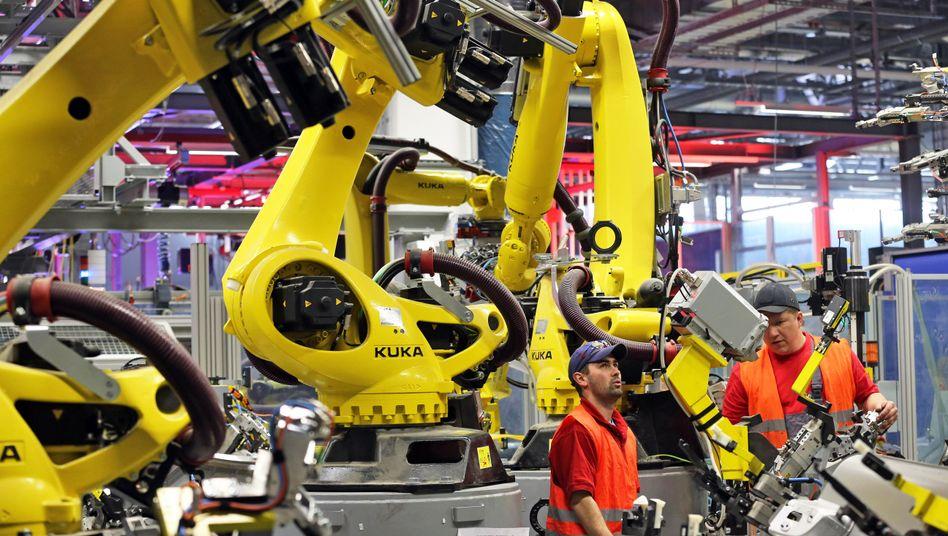 Arbeiter in Porsche-Werk in Leipzig: Industriestarke Wachstumskerne im Osten