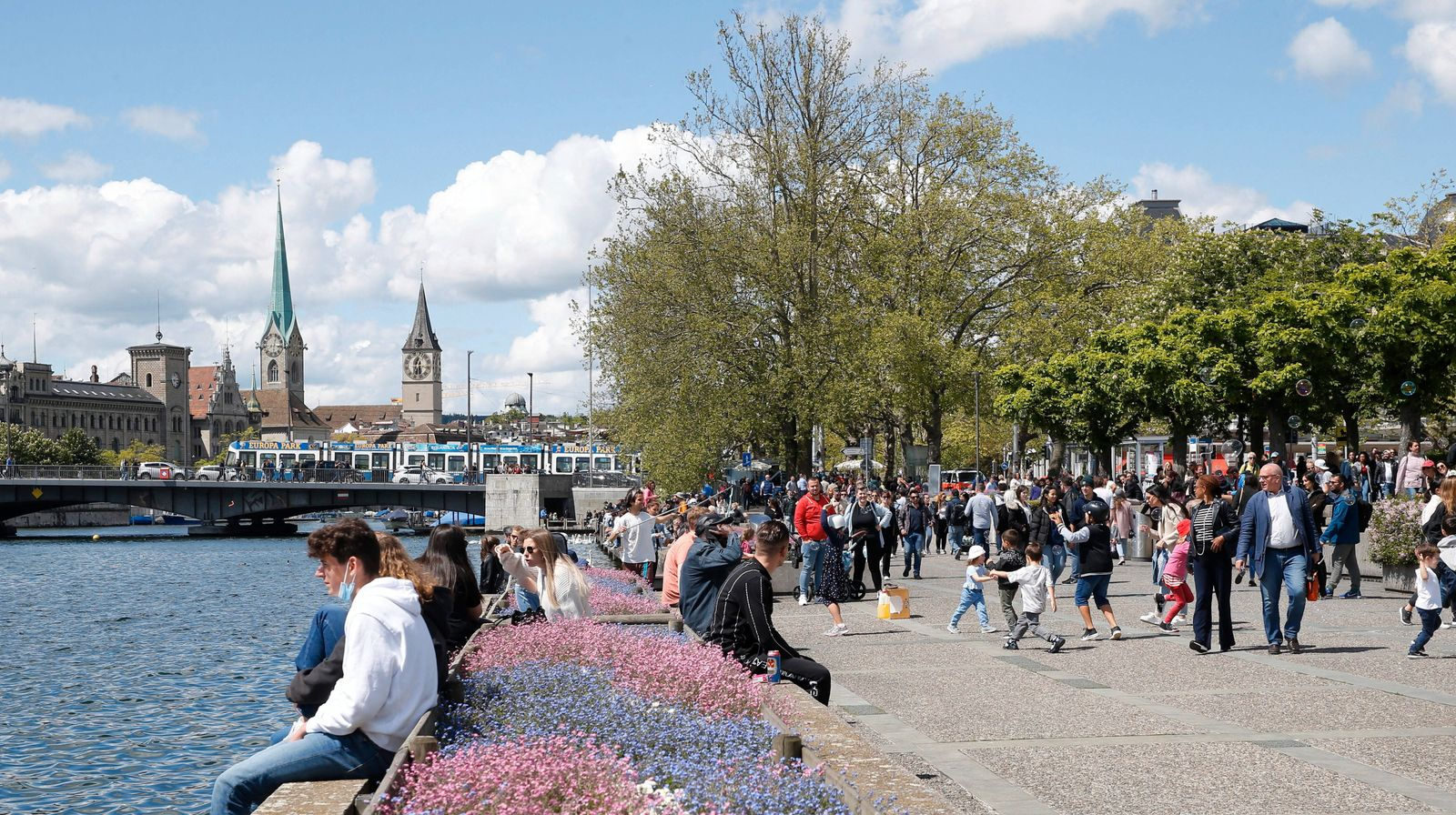 Foto Manuel Geisser 23.05.2021 Zürich : Passanten geniessen das Pfingstwochenende . Im Bild : Seeufer am Zürichsee *** P