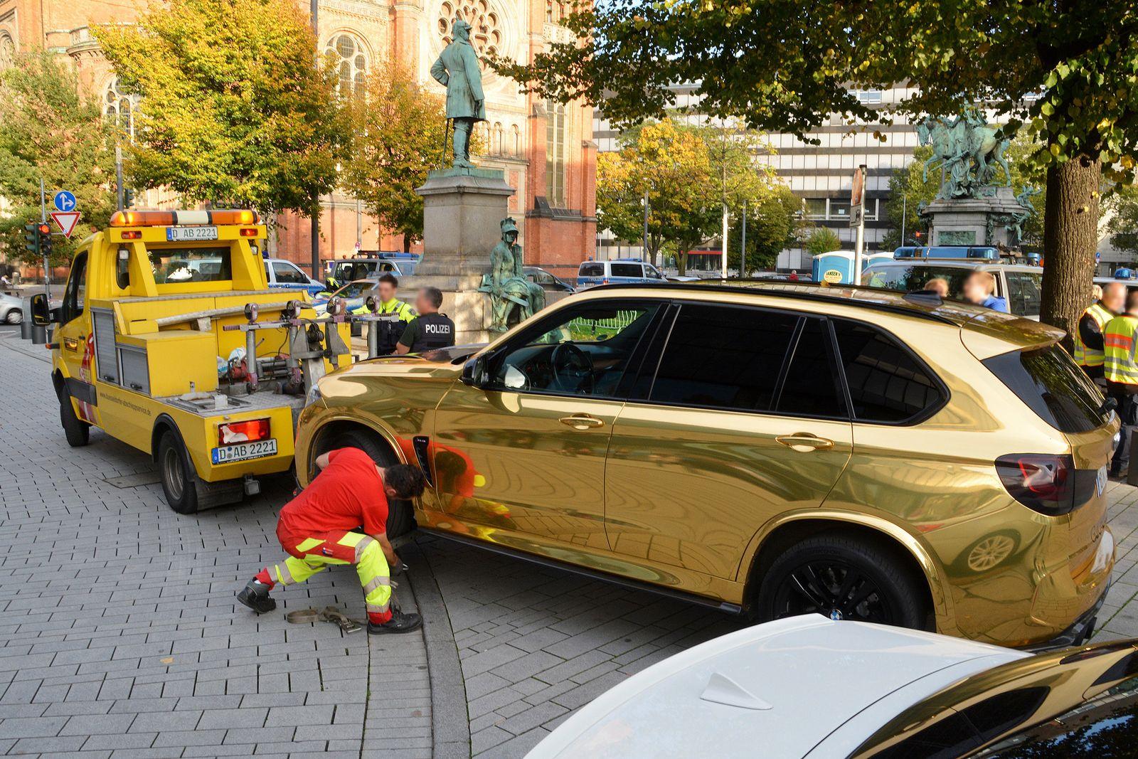 Goldenes Auto wird abgeschleppt