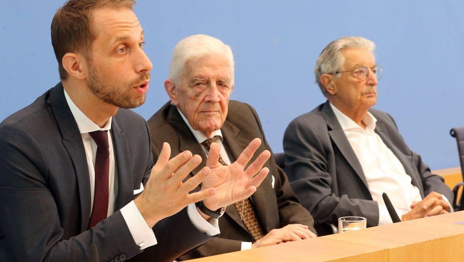 Verfahrensbevollmächtigter Nikolaos Gazeas (l-r) und die FDP-Politiker Burkhard Hirsch und Gerhart Baum