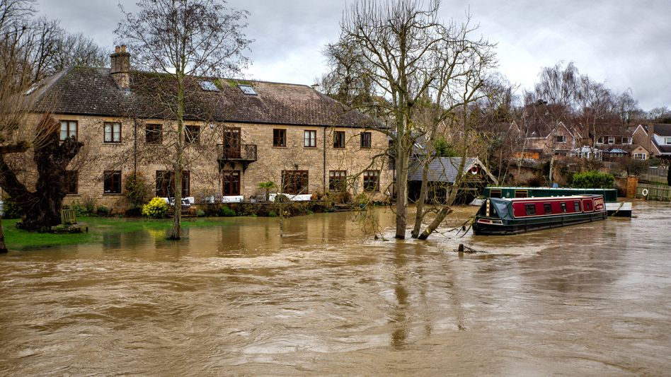 Überschwemmungen durch Wintersturm »Bella«: In Thrapston, Northamptonshire, tritt nach heftigen Regenfällen der Fluss Nene über die Ufer.