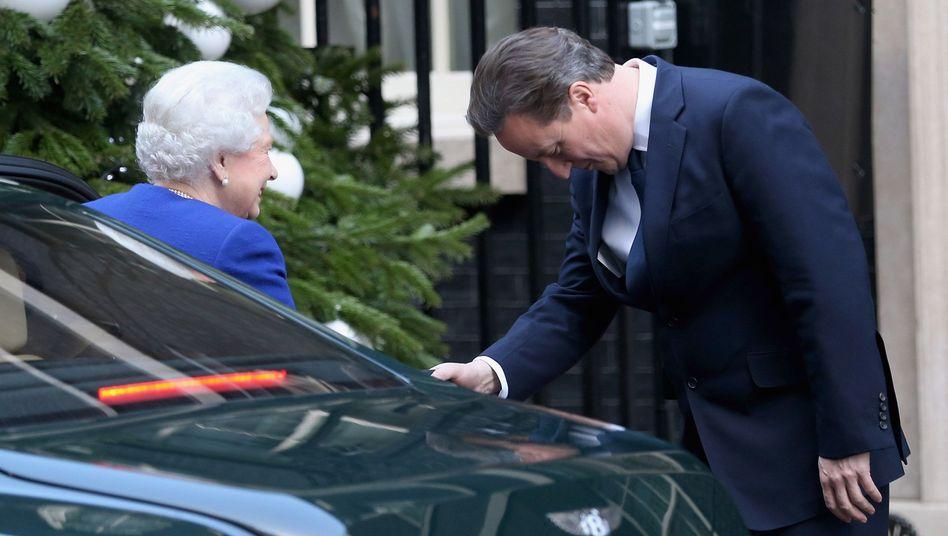 Queen (l.), Cameron: Mea Culpa des Premierministers