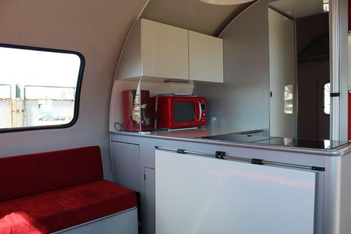 Im Innenraum des Beauer mit Küche, Bett und Sitzecke.
