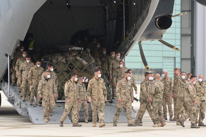 Soldaten steigen in Wunstorf aus dem Airbus A400M
