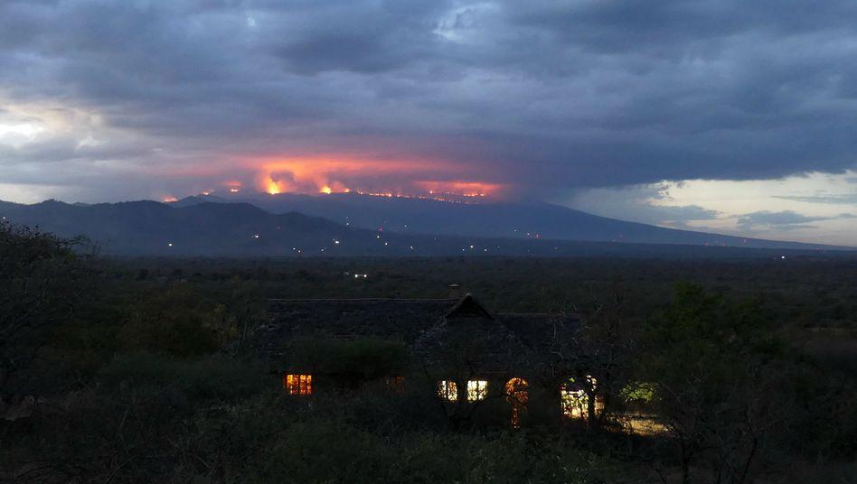 Kilimandscharo: Weithin sichtbar sind die Rauchwolken des Feuers