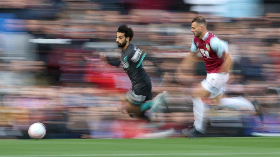 Liverpools Mohamed Salah, verfolgt von Burnleys Erik Pieters