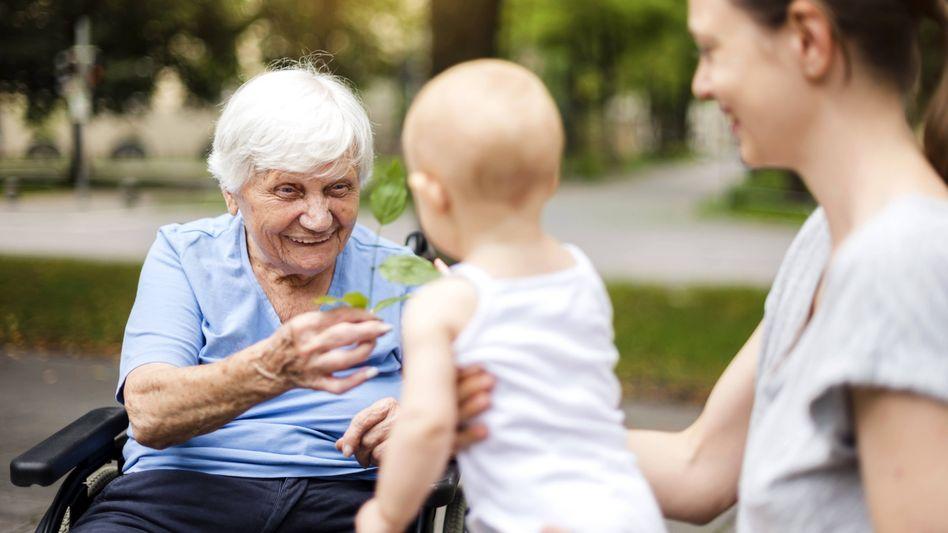 Rentnerin mit künftigen Rentnerinnen (Symbolbild)