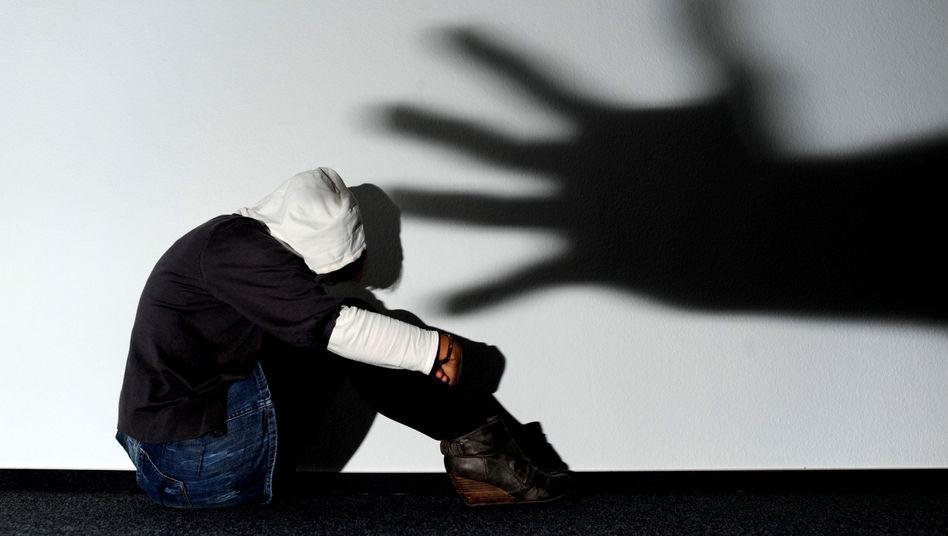 Gewalt gegen Frauen (Symbolbild): Chancen auf Verurteilungen sind gesunken