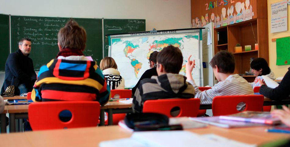 Lehrer im Unterricht (Archiv): Gehen ihm bald die Schüler aus?
