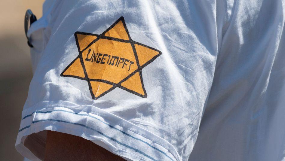 Antisemitischer Aufdruck auf dem T-Shirt eines Demonstranten in Frankfurt am Main im Mai