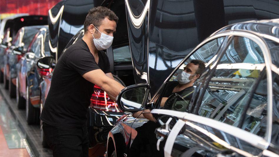 Mitarbeiter in Daimler-Werk Sindelfingen: Arbeitgeber zahlten im Frühjahr weniger Gehalt - wegen Kurzarbeit