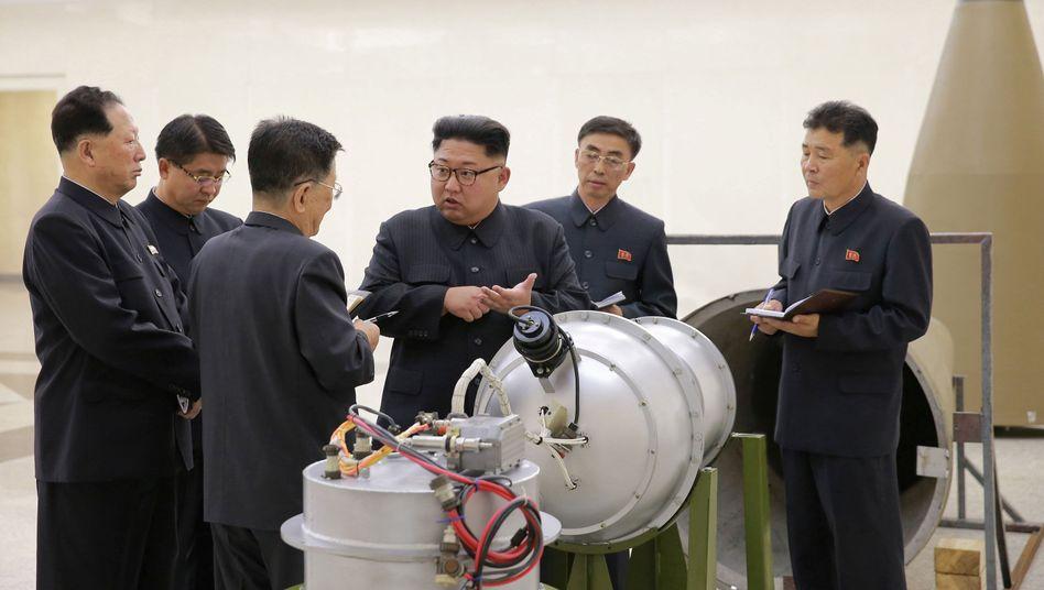 Kim Jong Un (3. v. r.) bei der Inspektion des angeblichen Wasserstoffbomben-Sprengkopfs