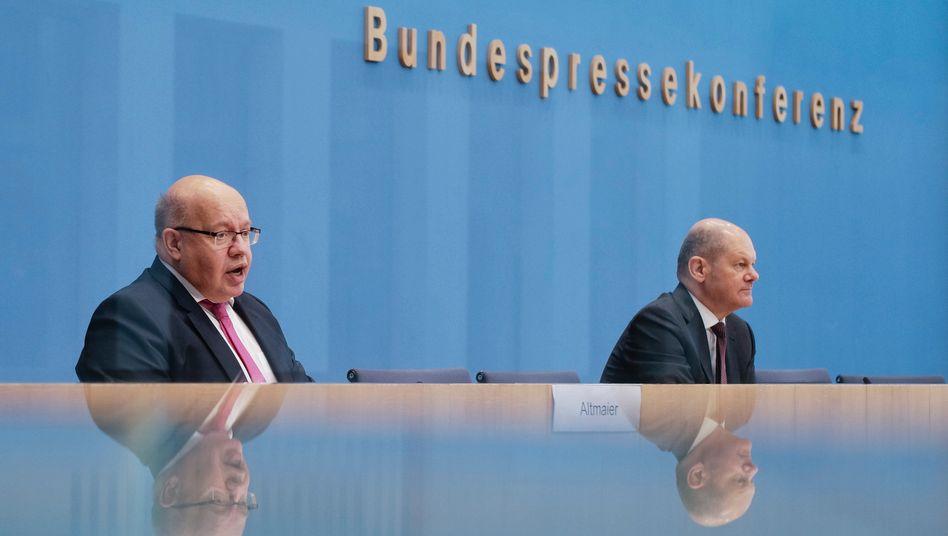 """Bundeswirtschaftsminister Altmaier (CDU, l.) und Bundesfinanzminister Scholz (SPD): """"Noch einmal klotzen"""""""