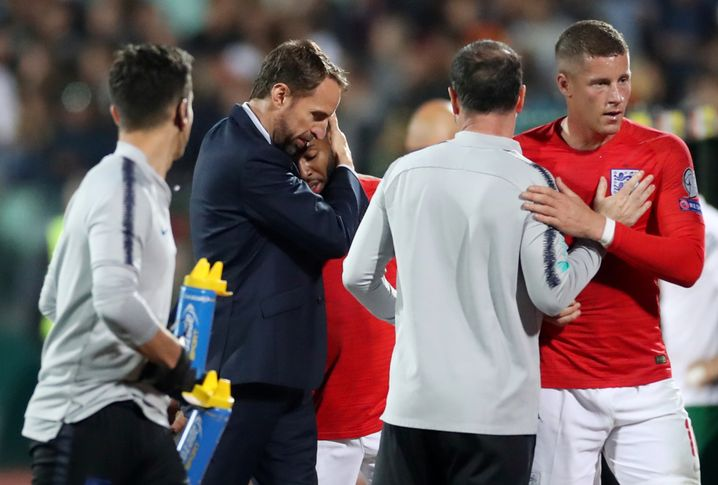 """Englands Nationaltrainer Gareth Southgate (2.v.l.) umarmt Raheem Sterling: """"Ich bin unglaublich stolz auf alle Spieler."""""""