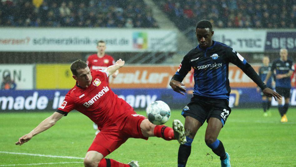 Leverkusens Lars Bender (l.) klärt artistisch vor Christopher Antwi-Adjej