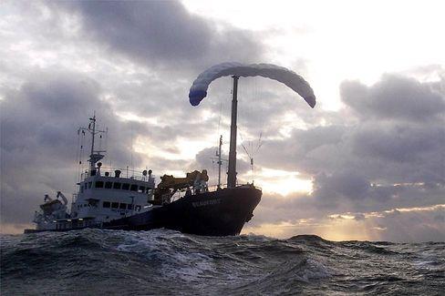Vortrieb per Wind: Probefahrt mit Gleitschirm