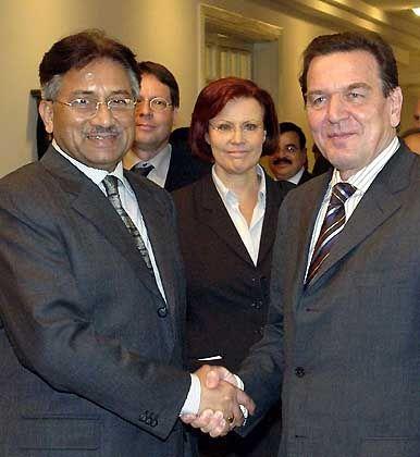 """Anti-Terror-Botschafter Schröder, Diktator Musharraf: """"Staffellauf der Diplomaten"""""""
