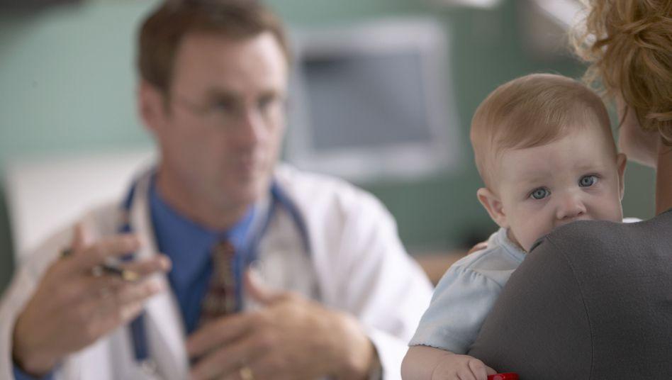 Mutter mit ihrem Baby: Ärzte sollten ihren Verdacht gut begründen können - und mit den Eltern offen darüber sprechen