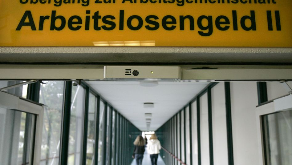"""Blick in eine Arbeitsagentur: DGB fordert """"Subventionierung des Lohndumpings"""" zu beenden"""