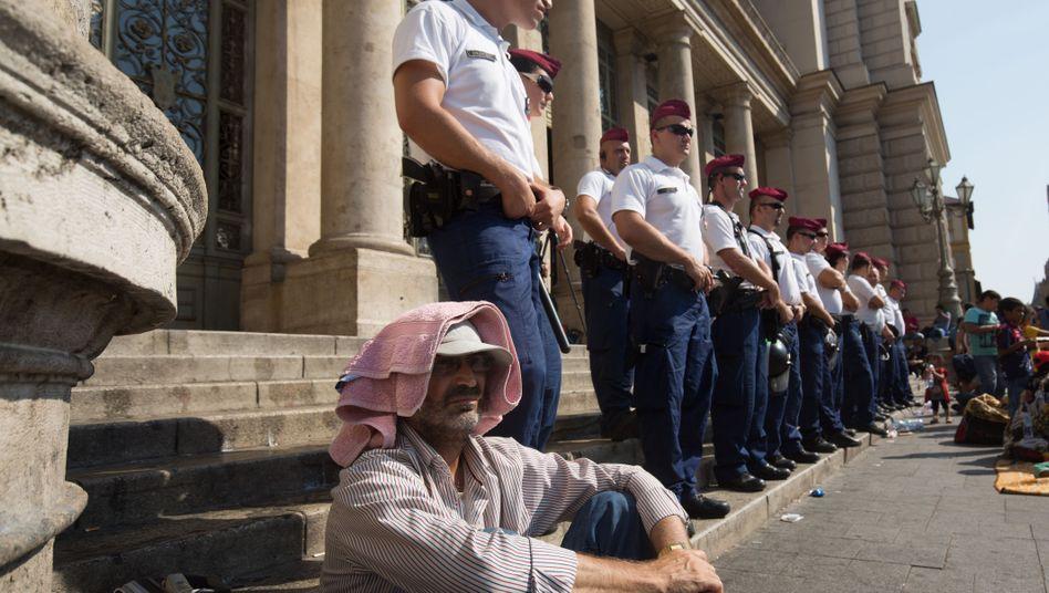 Flüchtling am Bahnhof in Budapest: Ministerpräsident Orban muss zum Gespräch nach Brüssel