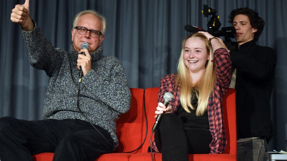 Prominenter Besuch:Entertainer Harald Schmidt und Schulsprecherin Viola.