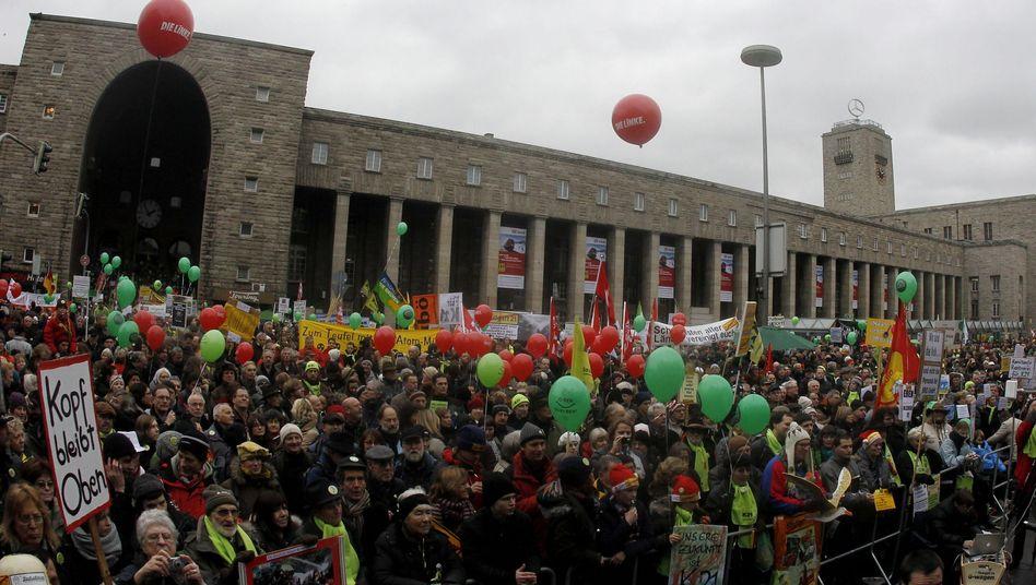 """Demonstranten vor dem Stuttgarter Hauptbahnhof: """"Wir müssen keine Angst haben"""""""