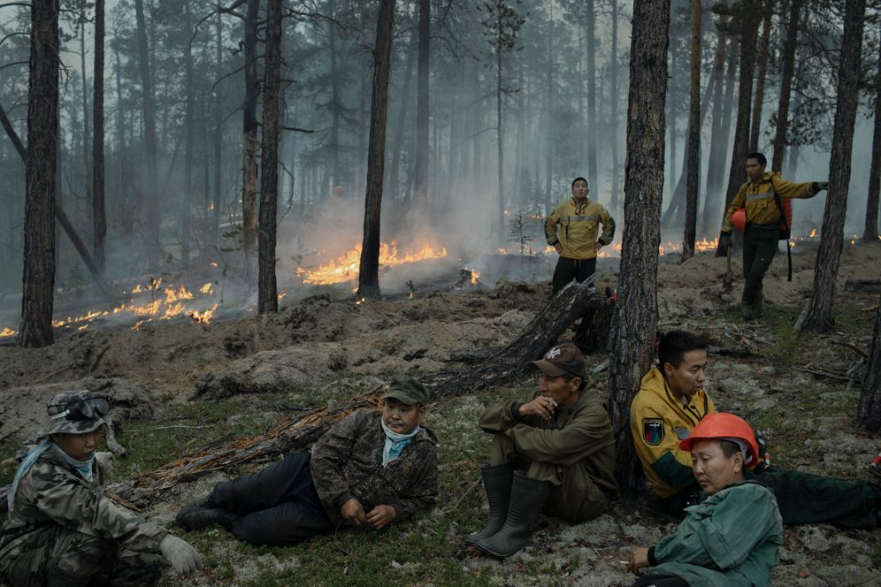 Fireman Kapustin Vasily (back left) and local helpers near Yert.