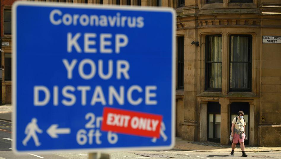 Corona-Warnschild in Manchester