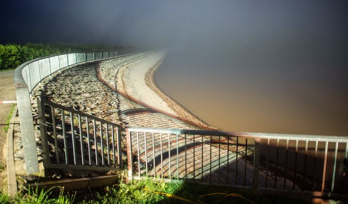Das THW pumpt an der berstend vollen Steinbachtalsperre Wasser ab