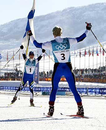 Komm in meine Arme, nordisch-kombinierter Landsmann: Der finnische Olympiasieger Sammppa Lajunen (v.) begrüßt im Ziel des 15-Kilometer-Langlaufs seinen Teamkollegen, Silbermedaillengewinner Jaako Tallus