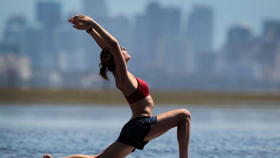 Yoga auf dem Surfbrett: Sonnengruß oder Buch lesen?
