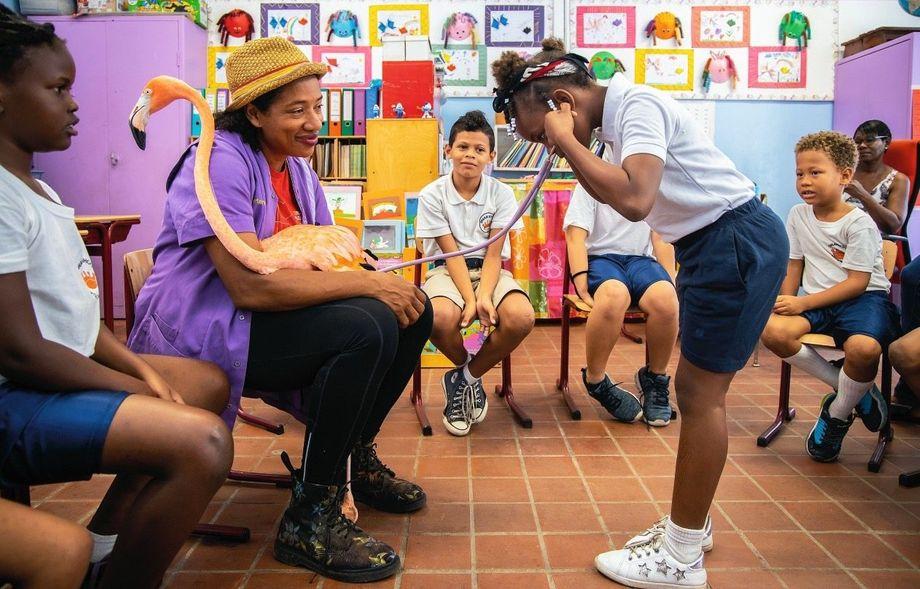 Bob ist der Star in vielen Klassenzimmern. Bei einem Besuch darf ein Mädchen seine Herztöne abhören.
