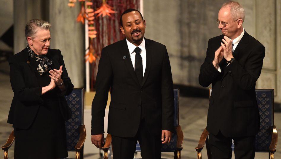 Berit Reiss-Andersen mit Abiy Ahmed (M.) bei der Auszeichnung mit dem Friedensnobelpreis