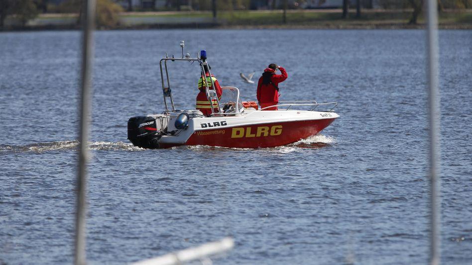 DLRG-Boot auf der Außenalster: Vergebliche Suche mit Tauchern und Spürhunden