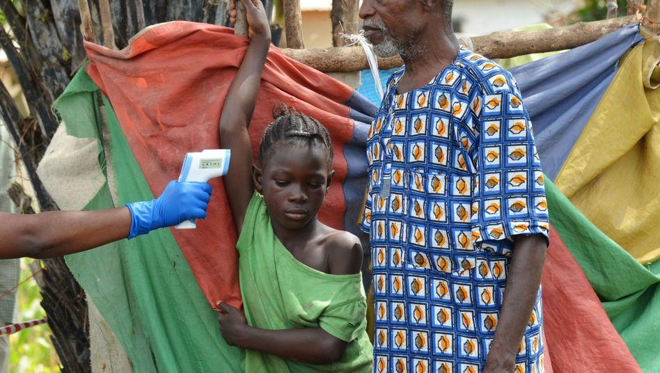 Fiebermessen in Liberia: Trauriger Alltag, nachdem ein Verwandter an Ebola gestorben ist