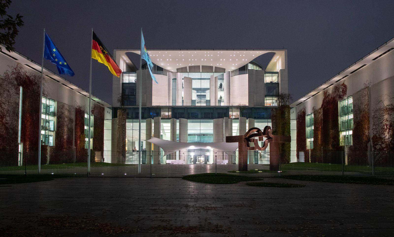 Bundeskanzleramt bei Nacht Berlin, 10.11.2020, Bundeskanzleramt beleuchtet am Abend im Herbst. Sitz der Bundeskanzlerin