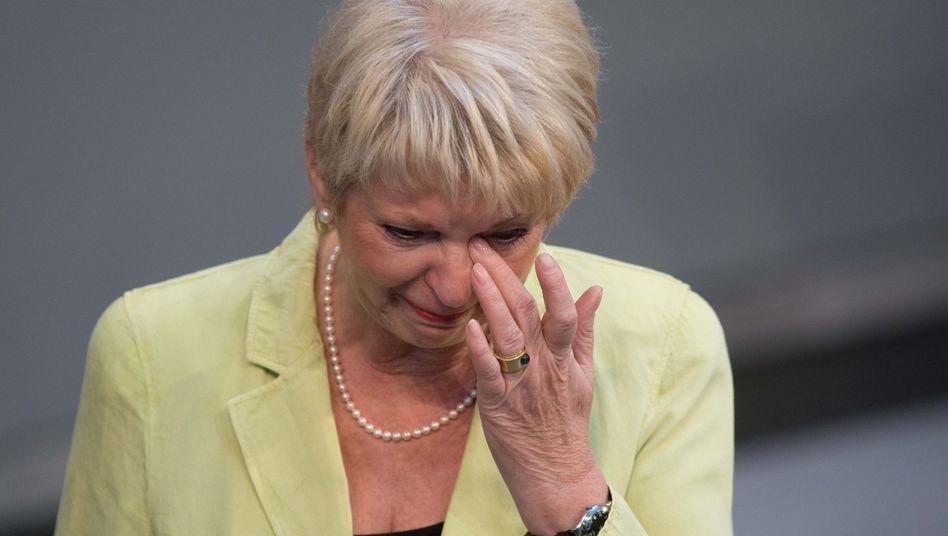 Die Abgeordnete Rita Pawelski (CDU) verlässt weinend das Rednerpult