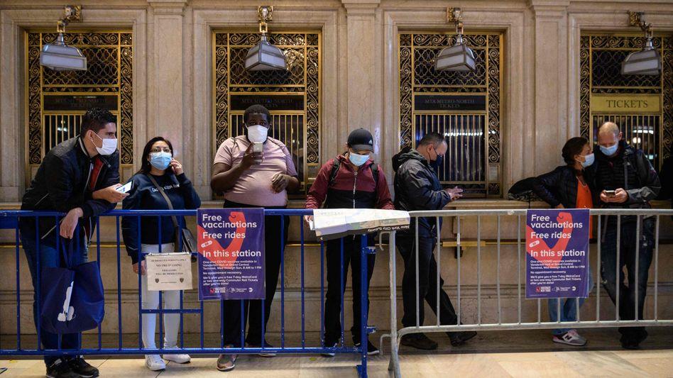 Menschen warten am Grand Central Terminal in New York auf ihre Impfung